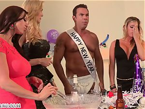 Luxury mature housewives Kendra passion and Samantha Saint have sex sans boys