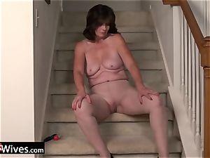 USAWives mature dame Jade solo masturbation